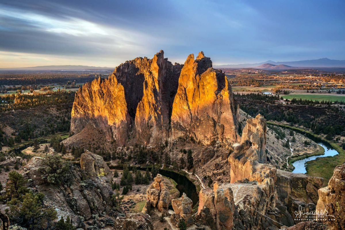 The Crooked River makes a loop around the base of Smith Rock State Park. Deschutes County, Central Oregon landscape photography.