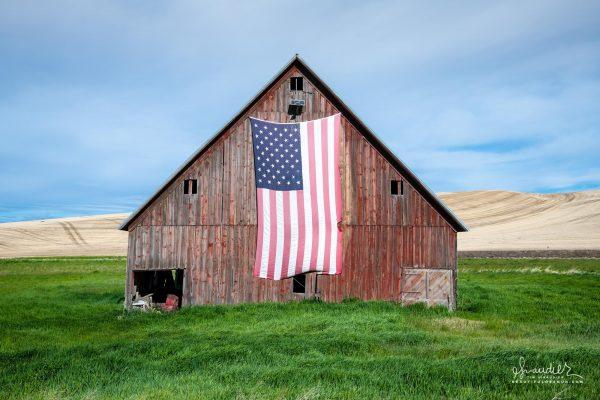 Palouse Hills, Whitman County, WashiFlag Barn of the Palouse Hills, Whitman County, Washington State USAngton State